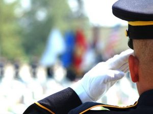 soldier-salutes-cemetery_si